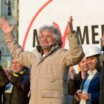 Grillo riempie Piazza San Giovanni. Berlusconi: aumentare pensioni minime